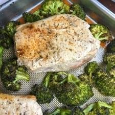 Thick-Cut Boneless Pork Chops with Garlic Broccoli – Whole30 Compliant, Low Carb